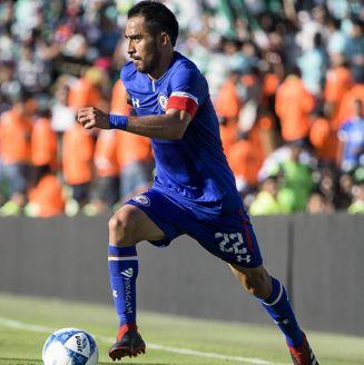 Rafael Baca conduce el balón en juego contra Santos