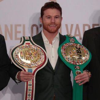 Canelo Álvarez posa con sus dos cinturones