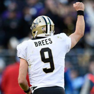 Drew Brees celebra un touchdown frente a Ravens