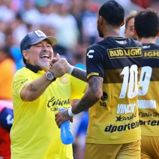 Maradona felicita a Vinicio en partido