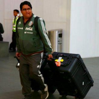 Utilero de la Selección en el aeropuerto