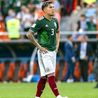Carlos Salcedo durante un partido con la Selección Mexicana