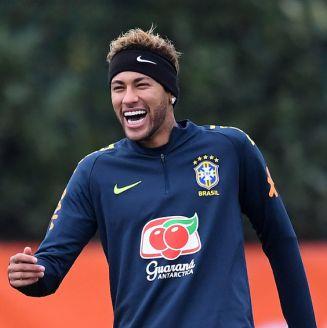 Neymar ríe en entrenamiento con Brasil