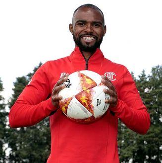 William Da Silva posa con un balón