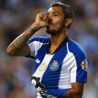 Jesús Corona celebra gol en Champions