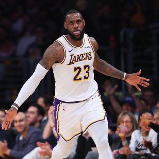 LeBron celebra puntos en juego de los Lakers