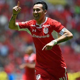 Rubens Sambueza festeja un gol con el Toluca