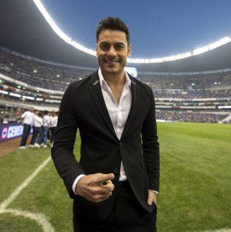 Carlos Rivera previo a entonar el Himno Nacional en el Azteca
