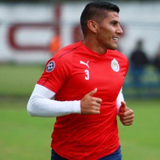 Salcido, durante un entrenamiento con Chivas
