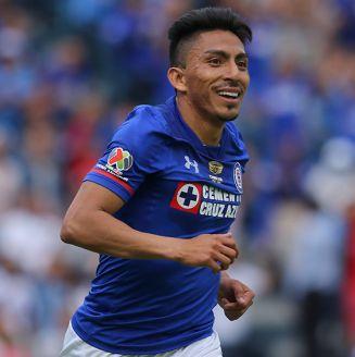 Mena celebra un gol con Cruz Azul