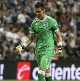 Raúl Gudiño celebra gol de Chivas