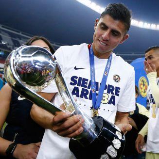 Joe Benny Corona, con el trofeo de la Liga MX