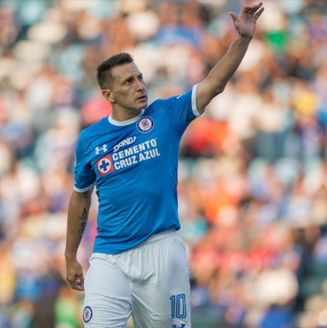 Christian Giménez saluda a la tribuna en el Azul
