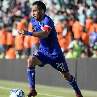 Rafa Baca conduce el balón en juego de Cruz Azul