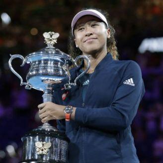 Naomi Osaka posa con su trofeo del Abierto de Australia