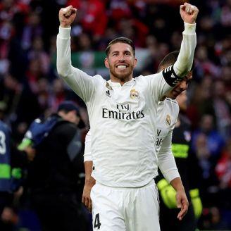 Ramos levanta los brazos en señal de triunfo