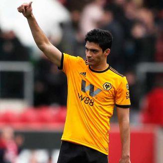 Raúl Jiménez saludando a la afición de los Wolves