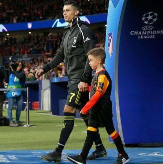 Cristiano Ronaldo sale al campo del Atlético de Madrid