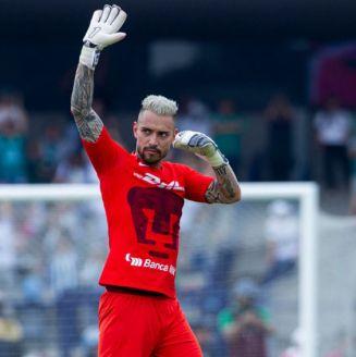 Alfredo Saldívar saluda a la afición de Pumas