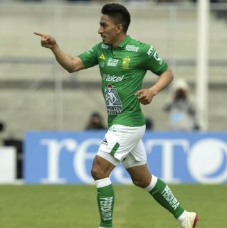 Ángel Mena celebra su anotación frente a Pumas
