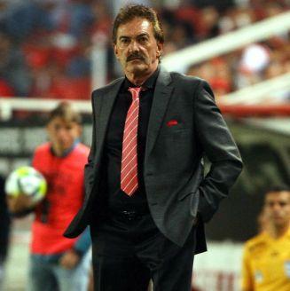 Ricardo La Volpe dirige a sus pupilos durante un partido contra Necaxa