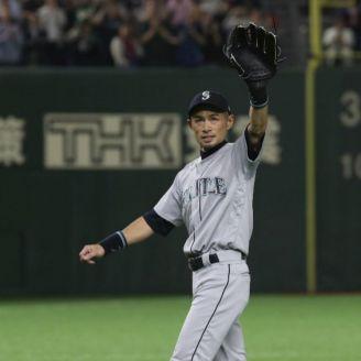 Ichiro Suzuki saluda a los espectadores en el Tokyo Dome