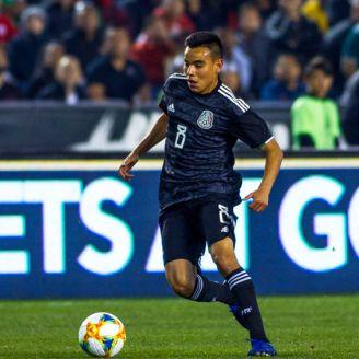Carlos Rodríguez conduce el esférico en el duelo contra Chile