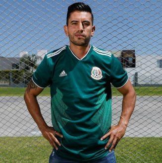 Alberto Medina posa con la camiseta de la Selección Mexicana