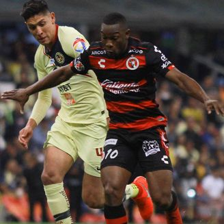 Álvarez pelea el esférico en el juego contra Xolos