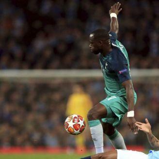Moussa Sissoko pelea el balón durante el partido