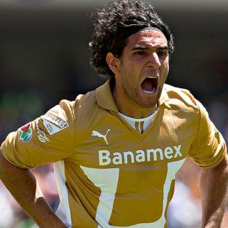 Martín Bravo festeja gol en su paso por Pumas
