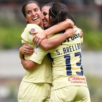 Jugadores del América se abrazan tras marcar al León
