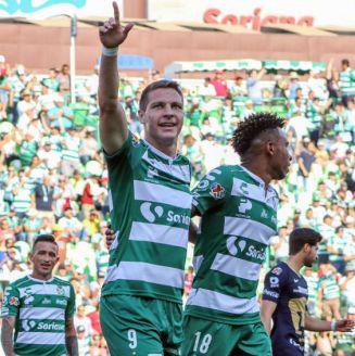 Julio Furch celebra uno de sus goles ante Pumas