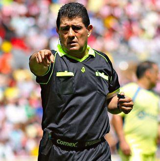 Gilberto Alcalá dirige las acciones de un partido amistoso