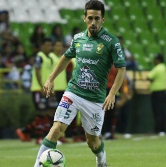 Fernando Navarro conduce el balón durante un partido del León