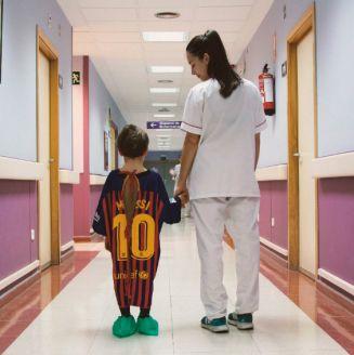 Niño del hospital San Rafael en Madrid con su bata de Leo Messi