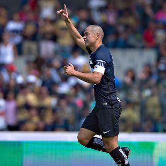 Darío Verón celebra un gol con Pumas