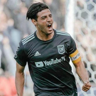 Carlos Vela festeja una anotación con LAFC