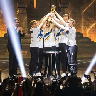 Los jugadores de G2 Esports levantan el trofeo de campeón en el MSI 2019