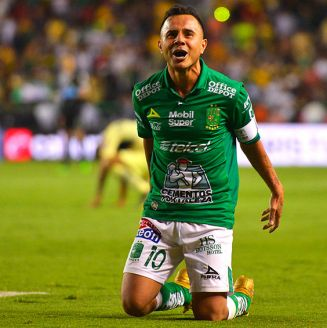 Luis Montes festeja un gol contra América