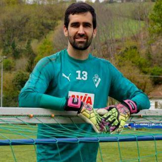 Asier Riesgo durante un entrenamiento con el Eibar