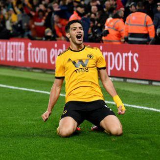 Raúl Jiménez celebra una anotación con el Wolverhampton