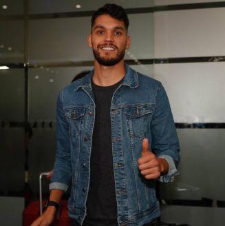 Nicolás Freire sonríe para los medios en su llegada a la CDMX
