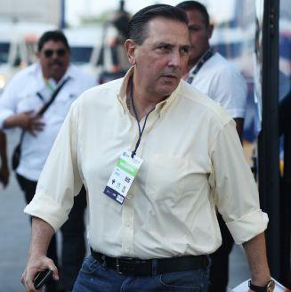 Miguel Ángel Garza baja del transporte de Tigres
