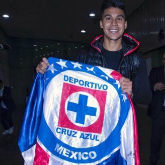 Pol Fernández posa en su llegada a México