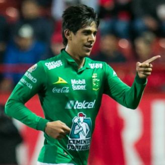 Macías festeja un gol con León
