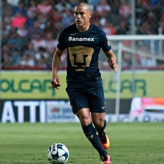 Darío Verón durante un partido contra Necaxa
