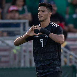 Raúj Jiménez festeja tras anotar un gol contra Cuba