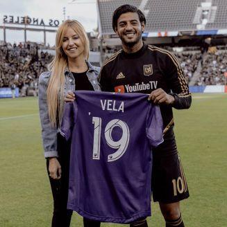 Carlos Vela muestra su jersey para el Juego de Estrellas