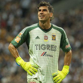 Nahuel Guzmán mira a la tribuna en juego de Tigres